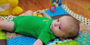 Quand mettre bébé sur le tapis d'éveil